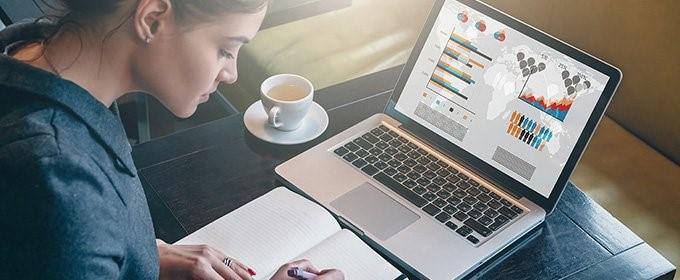 praca zdalna kobieta siedząca przed komputerem