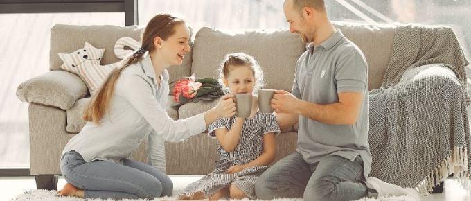 rodzina ciesząca się wspólnym towarzystwem po skończonej pracy