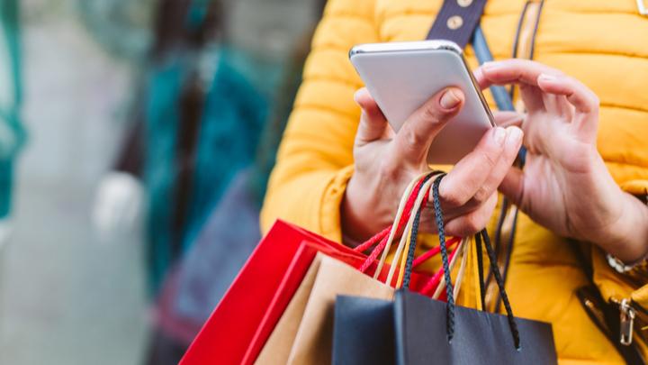 kobieta robiąca zakupy na Black Friday i Cyber Monday na smartfonie