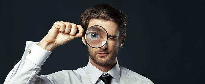 mikrotargetowanie - mężczyzna patrzący przez lupę